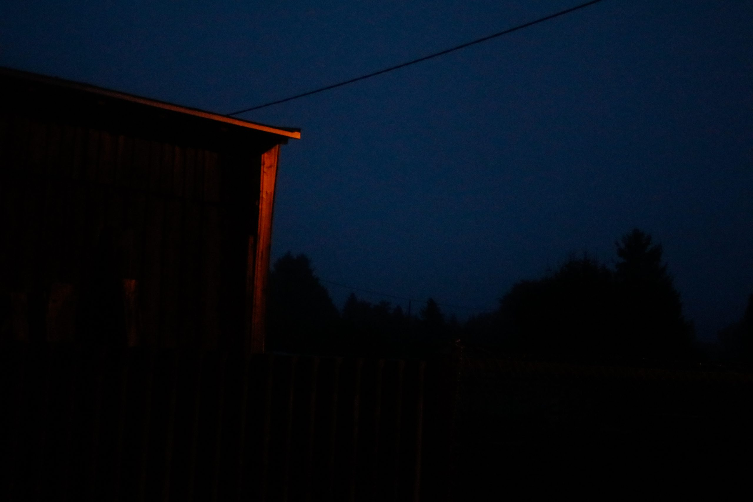 ein Haus, das von einer Laterne sanft angeleuchtet wird